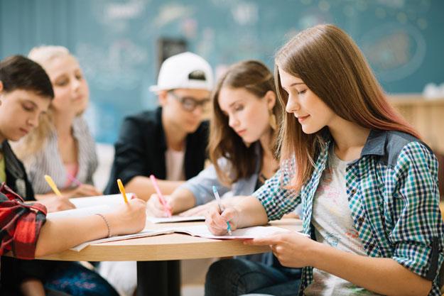 enfants faisant leurs devoirs