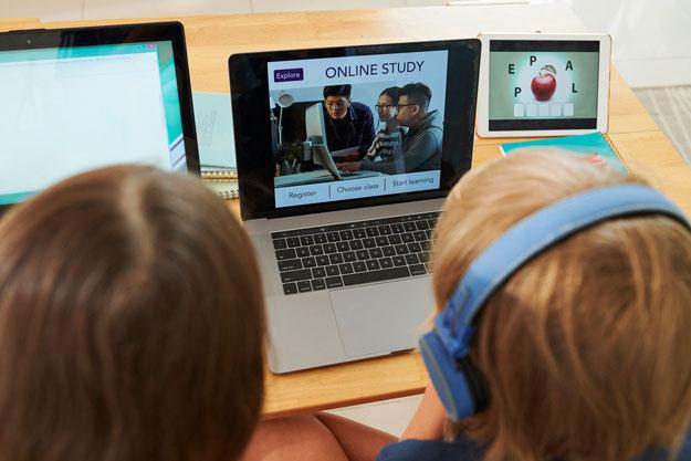 enfants sur un ordinateur