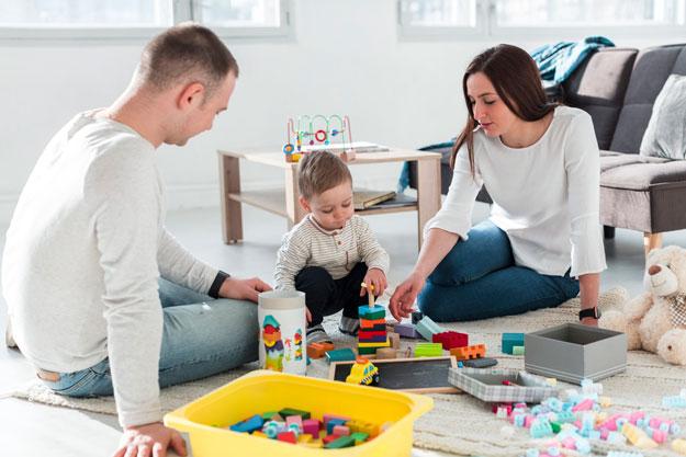 parents et enfant qui jouent ensemble